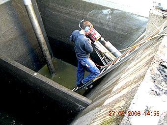 Entnahme von Bohrkernen im Pumpensumpf der Vorklärbecken