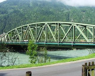 Statische Überprüfung für die Bundesstraßenbrücke Sachsenburg Ostfür die Kanalaufhängung VS BA07 (Foto mit gesamter Leitungsführung)