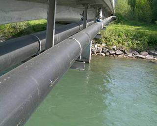 Prüfung der PDL VS I - Brücke Schüttbach. Foto: Prüfung der 120 m langen Doppelpumpdruckleitung über die Drau an der Schüttbachbrücke, welche das Schmutzwasser des WVLR zur ARA Spittal / Drau transportiert.