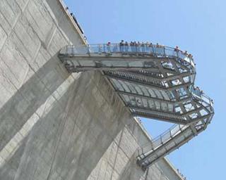 Statische Überprüfung der Stahlkonstruktion (Stahlträger, Verbände, Trägerstöße, Geländer) des Skywalk an der Kölnbreinsperre. Foto: Untersicht der Konstruktion.