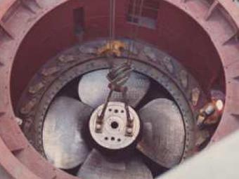 Einhebender Kaplanturbine M II; Laufraddurchmesser D = 4,20 m; Nenndurchfluss Q = 160 m³/s; Fallhöhe H = 9,7 m; Leistung P = 2x 12,5 MW; Jahresarbeits-Vermögen A = 2 x 50 GWh = 100 GWh