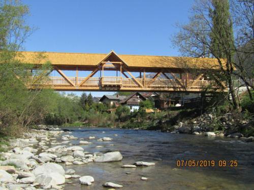 Radwegbrücke aus Holz in der Gemeinde Mühldorf